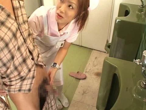 入院中は色々と欲求不満になるから看護婦さんにチンポ見せつけて抜いてもらえるか検証 Part.4 無修正画像06