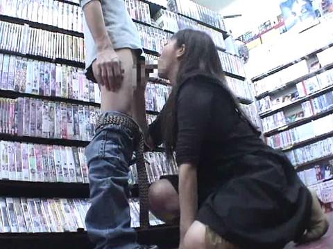 女性だけの遅番があるレンタルビデオ店で隠しカメラに映った衝撃のレイプ映像集 Vol.2 無修正画像04